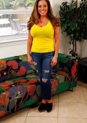 Latina in Sexy Jeans Pics