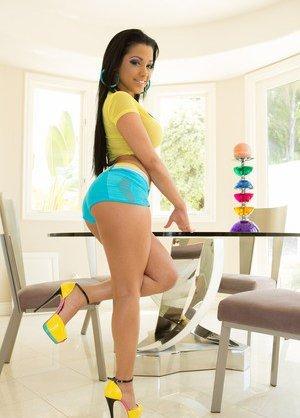 Latinas in Shorts Pics